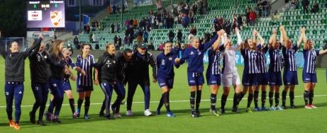 Kovlands damer tackar sin hejarklack och i bakgrunden lyser siffrorna 3-0 på resultattavlan. Foto: Janne Pehrsson, Lokalfotbollen.nu.