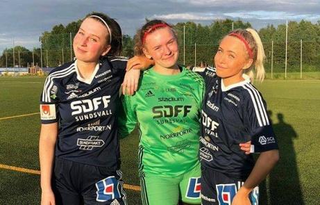 SDFF 2 vann med 4-0 mot Stöde 2 i solen på Kubens konstgräs. Tvåmålsskyttarna flankerar sin målvakt som höll nollan. Fr v. Sara Heimer, Zandra Söderqvist Lind och Fanny Enström.