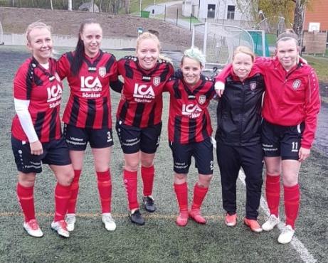 Söråkers målgörare i 11-0-segern mot Stöde 2, fr v. Alva Byström (4 mål Emmy Blomgren (2)l Jenny Olofsson (1), Joanna Fuezalida (1), Triine Veskioja (1) och Simone Weckenberg (2). Foto: Sven Lagerqvist.