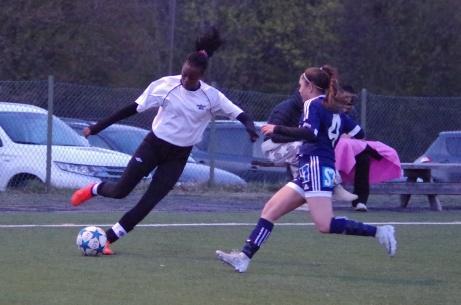 Fränstas matchvinnare Carine Rugumaho i aktion i en match mot SDFF 2. Foto: Pia Skogman, Lokalfotbollen.nu