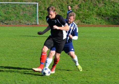 IFK Sundsvalls Martin Fors kliver dit i en närkamp. Foto: Lars Bodin.