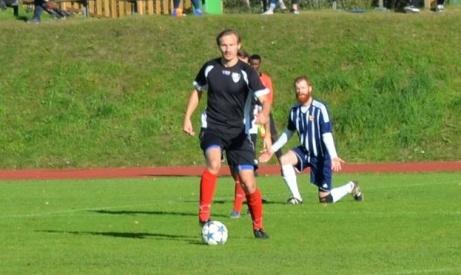 IFK Sundsvalls Kristoffer Bodin har precis vunnit en duell och söker passningsalternativ. Foto: Pappa Lars Bodin.