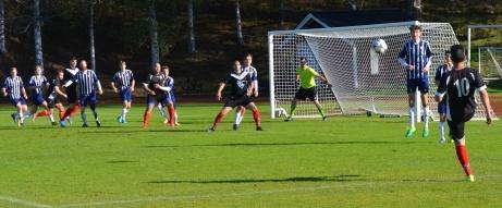 IFK Sundsvalls spelande tränare, tillsammans med Olle Nordberg, lyfter in en frispark i Kovlands box. Foto: Lars Bodin.