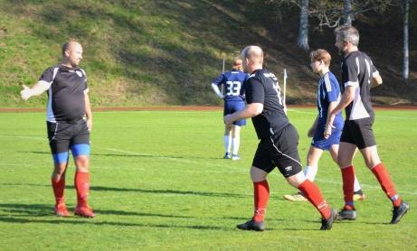 Sunds tränare och även IFK Sundsvalls sportchef Mikael Kotermajer har precis lyft fram bollen till Olle Nordbergs 3-1-mål och väntar på att ta emot lagkompisarnas gratulerationer. Foto;`: Lars Bodin.