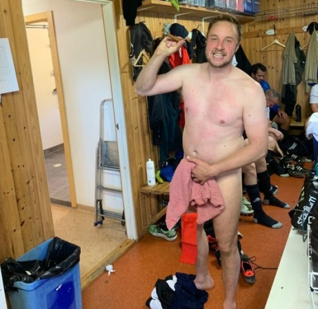 """For the ladies, and some gays! Så här ser fyramålsskytten Johan Smott ut in på bara skinnet, och kemiskt ren från solstrålar, med segercigarren. Foto: Peter """"Bingo"""" Lind."""