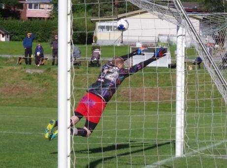 Indals Jonny Nutt drar en frispark i ribban. IFK Sundsvalls keeper Johan Sundberg är chanslös. Så nära var Indal 4-1. Foto: Pia Skogman, Lokalfotbollen.nu.