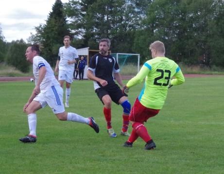 IFK Sundsvalls spelande tränare Olle Nordberg är på språng men Indals målvakt Joakim Karlsson och lagkapten Jonny Nutt reder ut situationen. Foto: Pia Skogman, Lokalfotbollen.nu.