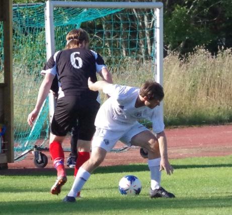 Indals Patrik Strandh i kamp med IFK Sundsvalls Martin Fors. Foto: Pia Skogman, Lokalfotbollen.nu.