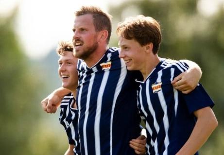 Kovlands Ture Lindblom och Arvid Häggkvist firar med Anton Hallengren (mitten) efter den sistnämdes nickmål i 1-1 Matchen mot Indal. Foto: Nils Jakobsson, Bildbyrån.