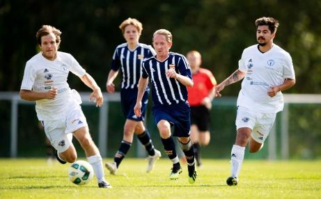 Kovlands rappe veteran Håkan Åström jagar boll i kamp med Indalsspelarna Patrik Strandh (t v) och Francisco Alvear (t h). Foto: Nils Jakobsson, Bildbyrån.