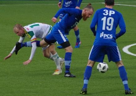 Det var några tuffa närkamper i kvalmatchen mella Lucksta och Offerdal. På bilden kämpar Luckstas lagkapten Oliver Widahl i vätan på NP3 Arena Foto: Pia Skogman, Lokalfotbollen.nu.