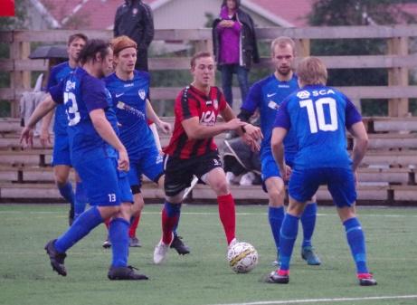 """Joar Steen sköt in 3-0 trots mycket """"blått"""". Foto: Pia Skogman, Lokalfotbollen.nu."""