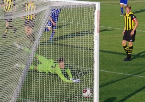 Filip Andersson Roos (i blått) rammar vänster stolprot vid ställningen 0-1. 0-2 kom emellertid bara någon minut senare. Foto: Pia Skogman, Lokalfotbollen.nu.