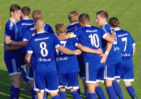 Brukets Blå jublar efter Jimmy holmgrens 2-0-mål. Foto: Pia Skogman, Lokalfotbollen.nu.
