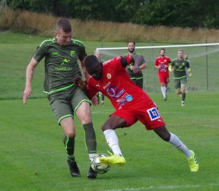 Sunds Israel Kalenga bryter i sista stund när Luckstas Hakim Rouass är på väg igenom. Foto: Pia Skogman, Lokalfotbollen.nu.