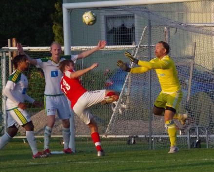 Svartviks Oscar Lidström är framme och hotar Luckstakeepern Martin Ålin. foto: Pia Skogman, Lokalfotbollen.nu.
