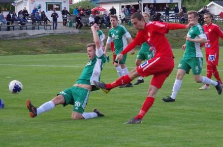 Zakaria Bel Mekki dundrar in ett av sina två mål i 3-3-derbyt på Skogsvallen. Här är Sunds 1-1-boll på väg in i nät. Foto: Pia Skogman, Lokalfotbollen.nu.