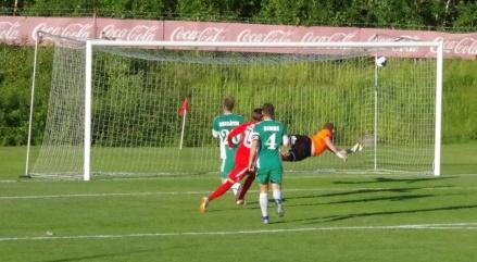 Alexander Vilminko Svensson skickar in Sunds 3-2-mål rakt upp i Mykhailo Barabanovs vänstra kryss. Foto: Pia Skogman, Lokalfotbollen.nu.