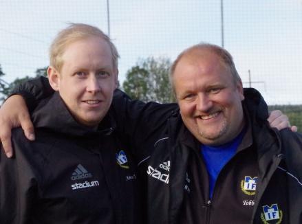 """Matfors tränarduo Andreas Jonsson och Tobias Sjölund förde upp Matfors IF till division 3. Det blir emellertid bara Andreas som följer med Brukets Blå upp i trean då """"Tobbe"""" nu tackar för sig efter två år som huvudansvarig. En uppgift som nu Andreas övertar. . Foto: Pia Skogman, Lokalfotbollen.nu."""