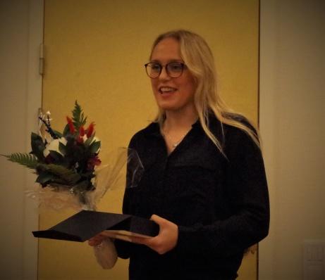 """SDFF:s Olivia Wänglund har precis tagit emot utmärkelsen """"Årets Fotbollsspelare"""" i Medelpad. För tredje året på raken! Inte illa av en tjej som ännu bara är tonåring. Foto: Pia Skogman, Lokalfotbollen.nu."""