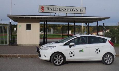 Baldershovs pampiga entré med Lokalfotbollens Ford i förgrunden.