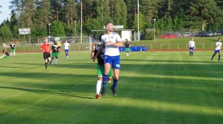 Vita och blå IFK Sundsvall har Baldershovs som sin hemmaborg, Här i en match mot Ånge IF i Medelpadsfemman 2019. Skytteligavinnaren Olle Nordberg syns i förgrunden. Foto: Pia Skogman, Lokalfotbollen.nu.