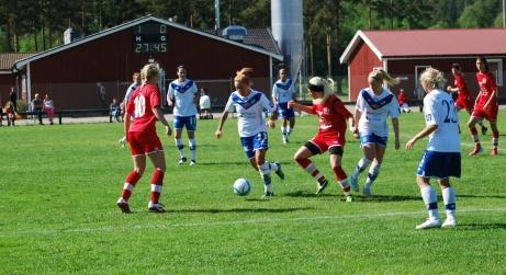 IFK Timrås damer hade tidigare Bergeforsens IP som hemmaarena innan man flyttade till konstgräset bakom isladan i Sörberge. Här i en match mot Härnösandslaget Bik SK i division 1 Norrland 2013. Foto: Janne Pehrsson, Lokalfotbollen.nu.