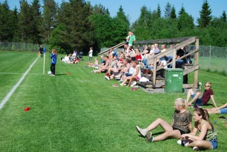 En välfylld läktare i solen när IFK Timrås damer tog emot Bik SK i en match i division 1 Norrland 2013. Foto: Janne Pehrsson, Lokalfotbollen.nu.
