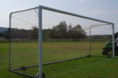 det västra målet som precis är på väg att rundas av gräsklipparen. Foto: Pia Skogman, Lokalfotbollen.nu.