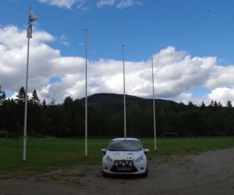 Lokalfotbollens Ford framför Erikshofs gräsrektangel.
