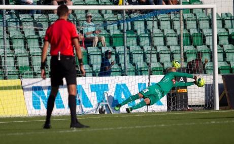 Häckenkeepern  Peter Abrahamsson räddar Maic Semas loja straffspark vid 0-0-läge i den 37:e minuten. Foto: Anders Thorsell, Sundsvallsbilder.com.