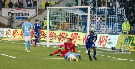 Fotografen Anders Thorsell har fångat Maic Sema sekunderna efter att han skjutit in Giffarnas 1-0-mål på Malmö FF. Foto: Anders Thorsell, Sundsvallsbilder.com.