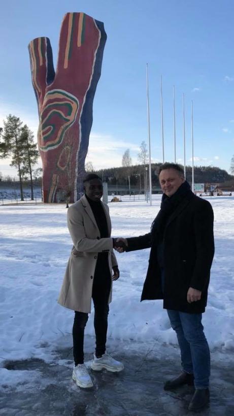 """Först """"Mr X"""". Här hälsar sportchefen Urban Hagblom """"Mr Y"""" Pa Konate välkommen till Y:et och GIF Sundsvall. Foto: GIF Sudsvall."""