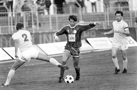 """GIF Sundsvalls bäste spelare genom tiderna, Leif """"Lill-Foppa"""" Forsberg i en match mot Malmö FF då det begav sig. Foto: Bildbyrån."""