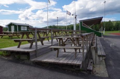 Fikabord med fin utsikt över planen och läktaren i bakgrunden. Foto: Pia Skogman, Lokalfotbollen.nu.
