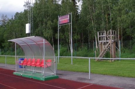 """Avbytarbås, matchur och .... VIP-läktare? Eller kanske ett """"Mini-Nimis"""" (googla). Foto: Pia Skogman, Lokalfotbollen.nu."""