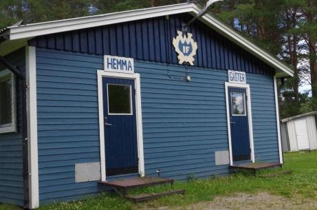 Ingång på gaveln för spelarna under det vackra klubbemblemet. Foto: Pia Skogman, Lokalfotbollen.nu.