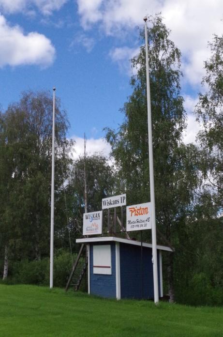 Flaggstång, speakerbås och ett par sponsorskyltar. Matchuret är inlåst vid Lokalfotbollens besök. Foto: Pia Skogman, Lokalfotbollen.nu.