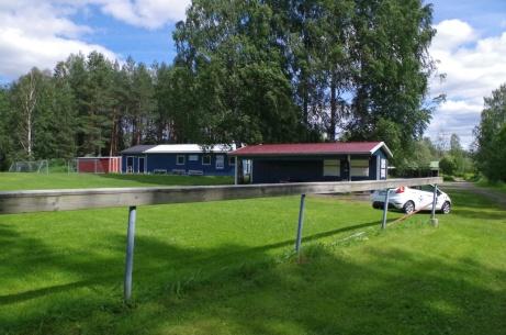 """Omklädningsbyggnad, servering - och Lokalfotbollens """"Fårrd"""". Foto: Pia Skogman, Lokalfotbollen.nu."""