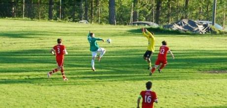Hampus Andersson är nära att lobba in Essviks AIF:s kvittering mot Sund IF i en division 4-match 2013. Det var gästernas Dennis Bergström som satte matchens enda mål i den andra buren. Foto: Janne Pehrsson, Lokalfotbollen.nu.