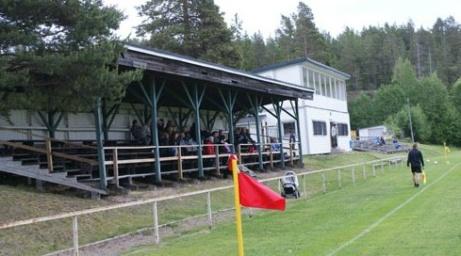 ...och med lite publik på i en match mot Sund 2013 plus klubbhuset och den södra läktaren. Foto: Janne Pehrsson, Lokalfotbollen.nu.