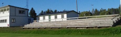 Den södra läktaren med klubbhuset till vänster. Foto: Pia Skogman, Lokalfotbollen.nu.