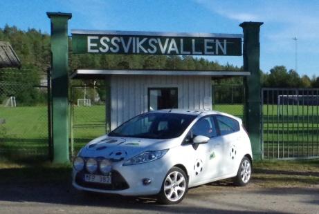 """Essviksvallen är en av Medelpads mer klassiska arenor där det t ex 1970 spelades fotboll i vår näst högsta serie. Lokalfotbollen har parkerat Fårrden framför den vackra entrén. """"Vallen"""" är bara en av alla fotbollsarenor i distriktet som Lokalfotbollen besökt. Foto: Pia Skogman, Lokalfotbollen.nu."""