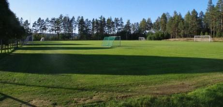 """Essviks AIF har det gottt ställt med gräsplaner. Här är en bild på """"fältet"""" som ligger ovanför a-plan och grusditon. En perfekt anläggning för Njurundasklubbens cirka 200 medlemmar. foto: Pia Skogman, Lokalfotbollen.nu."""