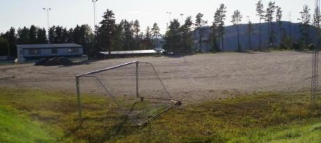 """Anrika """"Vallen grus"""" är inte lika aktiv längre som det var före konstgräsens tidevarv men Essviks AIF har lirat ett antal tidiga vårmatcher i fyran senaste åren innan gräsplanen varit spelbar. I bakgrunden syns omklädningsrummen och A-planens läktare till höger. Foto: Pia Skogman, Lokalfotbollen.nu."""