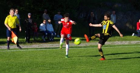 Toppmatch i fyran på Flodbergs IP mellan hemmalaget Sund i rött och gästande Kubikenborg i svartgul-randigt den 13 juni 2017. Foto: Janne Pehrsson, Lokalfotbollen.nu.