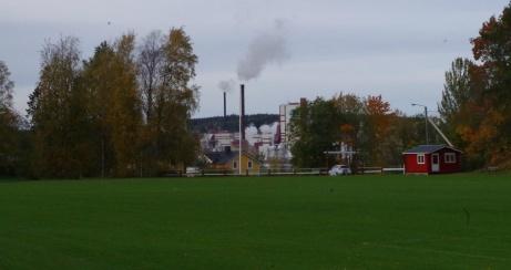 Entrén med Östrandsfabriken i bakgrunden. Foto: Pia Skogman, Lokalfotbollen.nu.