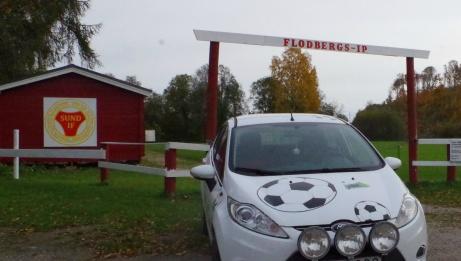 Lokalfotbollens Fårrd rullar många mil varje säsong. Här har den landat på anrika Flodbergs IP. Foto: Pia Skogman, Lokalfotbollen.nu.