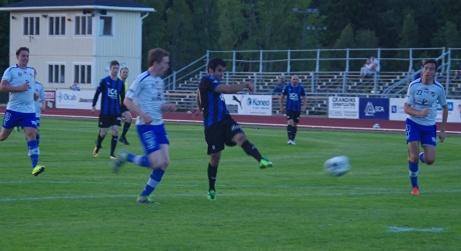 Haik Danielian får ett kanonläge att skjuta segern till Ljunga/Fränsta men IFK Sundsvalls keeper Axel Hedenström gör en suverän reflexräddning. Foto: Lokalfotbollen.nu.