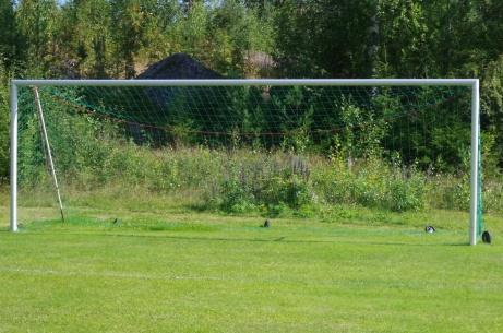 Målen är av modernare art än huvudläktaren.Foto: Pia Skogman, Lokalfotbollen.nu.